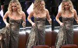 """Oscar 2018: Jennifer Lawrence gây """"sốc"""" vì vén váy trèo qua ghế với ly rượu trên tay"""