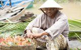 Thích thú với hình ảnh Mike Tyson đội nón lá, bán hoa quả ở chợ nổi