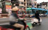 Thót tim người phụ nữ chạy xe máy ngược chiều trên cầu vượt, suýt đấu đầu xe buýt
