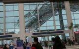 Hành khách hoảng loạn bỏ chạy vì sân bay sụp đổ do gió mạnh