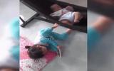 Khoảnh khắc bé gái đáng yêu đạp võng ru em ngủ khiến dân mạng thích thú