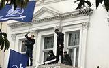 Đại sứ quán Iran ở Anh bị 4 kẻ áo đen đột nhập, hạ cờ