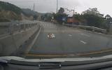 Clip: Em bé lổm ngổm bò qua đường quốc lộ khiến tài xế một phen hú vía