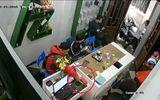 Tin tức - Video: Thanh niên vờ mua điện thoại rồi nhanh tay trộm Galaxy S7