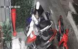 Clip: Hai thanh niên dàn cảnh mua hoa để trộm xe máy