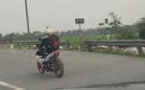Tin tức - Video: Nam thanh niên lái xe máy bằng chân lao vun vút trên QL21