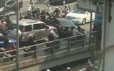 Tin tức - Video: Ô tô ngang nhiên quay đầu giữa cầu vượt Thái Hà