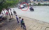 Tin tức - Hà Nội: Taxi tông hai ông cháu đi xe đạp văng xuống đường