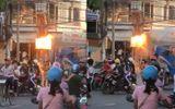 Video: Cột điện phát nổ, người dân thản nhiên đứng xem