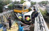 Xe bồn và xe tải nát bét đầu sau tai nạn, tài xế mắc kẹt trong cabin
