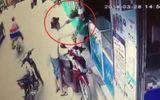 Video: Cô gái bị uy hiếp, cướp điện thoại giữa ban ngày ở Sài Gòn