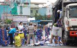 Người dân giúp tài xế thu gom hàng trăm thùng bia rơi trên đường