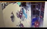 Clip: Táo tợn dùng dao cướp điện thoại của người phụ nữ giữa ban ngày