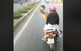 Nam thanh niên đầu trần chở bạn gái chặn ô tô bị phạt 6 triệu