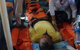 Hành trình vượt biển động mạnh cứu thuyền viên bị tai biến