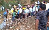 Xe buýt lao xuống hẻm núi, gần 30 học sinh cấp 1 thiệt mạng