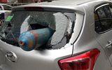 Hà Nội: Bình gas rơi trúng ô tô đang chạy