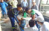 Sập giàn giáo khiến nhiều công nhân mắc kẹt, 2 người bị thương nặng