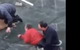 Tin tức - Thót tim với màn giải cứu bà cụ lọt xuống dòng sông đóng băng