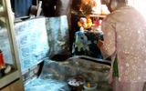 Hàng trăm người kéo đến thắp hương cho chiếc lò dính chặt dưới đất