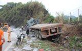 Clip: Xe container chở đá mất phanh lao vào vách núi