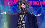 """Trương Thị May hóa """"nữ hoàng"""" quyền quý trên sàn catwalk"""