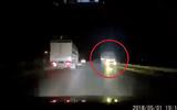"""Video: Hoảng hốt cảnh xe tải """"giỡn mặt tử thần"""" trên QL 18"""