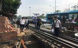 Lái xe ba gác bị hất văng xuống cống sau cú va chạm với tàu hỏa