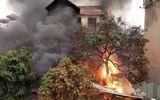 Hà Nội: Cháy lớn kèm tiếng nổ cạnh chân cầu Vĩnh Tuy, 1 cụ bà tử vong