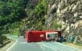 Hiện trường xe khách bị lật trên đèo Khánh Hoà, 18 người thương vong