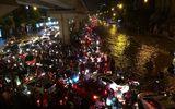 Đêm muộn, đường Hà Nội vẫn kẹt cứng vì mưa lớn