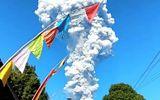 Hãi hùng cảnh núi lửa ở Indonesia phun cột tro cao 5 km