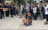 Chàng trai ôm hoa quỳ suốt 2 tiếng trước cổng Nhạc Viện dưới cái nắng 40 độ C gây tò mò