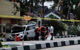 Cảnh sát Indonesia bắn hạ 4 kẻ khủng bố tấn công trụ sở bằng kiếm Nhật