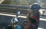 Video: Thót tim nữ quái xế buông 2 tay mồi thuốc khi phóng trên cầu