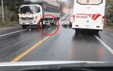 Video: Vượt ẩu tông trúng ô tô, nam thanh niên bị xe tải cán qua người
