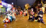 """Người Sài Gòn hì hụi đẩy xe, chật vật """"bơi"""" trong biển nước sau trận mưa lớn"""