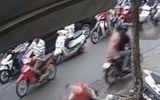 Tin tức - Video: 2 tên cướp đi xe máy giật dây chuyền khiến cô gái ngã sấp mắt trên vỉa hè