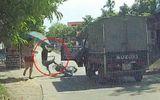 Tin tức - Video: Xe tải mở cửa bất cẩn, hất văng nam thanh niên