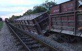 Tin tức - Nghệ An: Tàu hỏa chở đá bất ngờ gặp sự cố trật bánh, nghiêng đổ