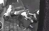 Video: Tên trộm manh động bất lực trước sự chống trả quyết liệt của 2 cô gái