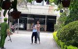 Clip nữ nhân viên bị thanh niên ngáo đá dùng dao khống chế