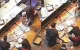 Video: Nhân viên nhà hàng rửa bát bằng nước cống khiến người xem ám ảnh