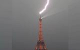 Video khoảnh khắc cảnh sét đánh vào tháp Eiffel trong cơn mưa bão