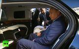 """Tổng thống Nga Vladimir Putin """"khoe"""" nội thất sang trọng của chiếc limousine mới"""