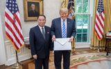 """Toàn cảnh - Cận cảnh bức thư """"khổng lồ"""" ông Kim Jong-un gửi ông Donald Trump"""