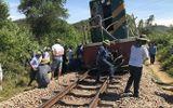 Tàu hỏa tông văng xe tải 15 mét, đường sắt Bắc - Nam bị tê liệt
