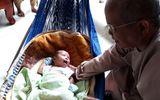 Xót xa bé trai sơ sinh kháu khỉnh bị bỏ rơi trước cổng chùa