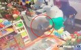 Video: Con trai 6 tuổi xông vào cứu bố trước họng súng của bọn cướp