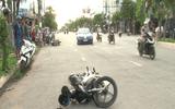 Người dân lái ôtô truy bắt 2 tên cướp giật dây chuyền trên đường phố